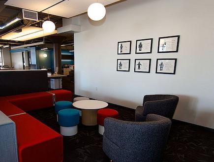 אזור ישיבה (צילום: Troy Holden)