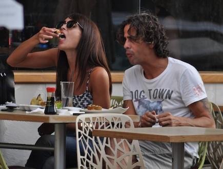 ניר לוי וקארין כהן אוכלים סושי, יולי 2012 (צילום: צ'ינו פפראצי)