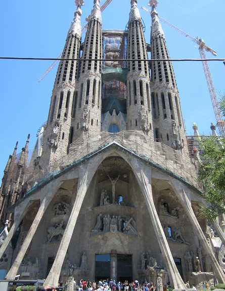 אסי עזר בכנסיית המשפחה הקדושה ברצלונה (צילום: אסי עזר)