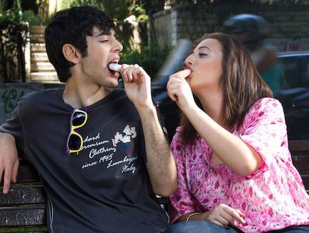 אניטה גסין ואיטן גרינברג מלקקים גלידה (צילום: צילום ליאור קסון איפור נטלי לוין)