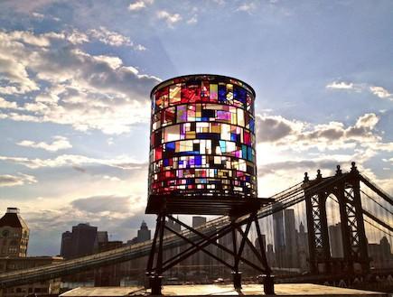 הצבעים של מגדל המים בניו יורק (צילום: Robert Banat)