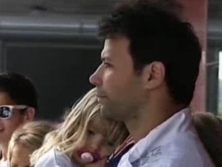 אריק זאבי עם בתו, אתמול (צילום: חדשות 2)