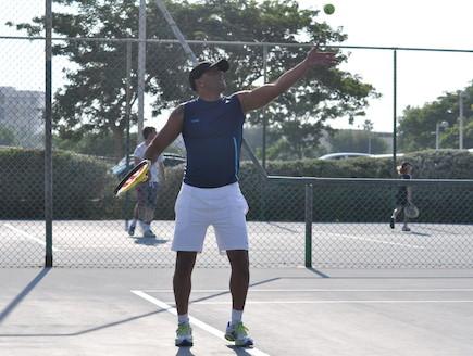 אייל גולן משחק טניס (צילום: צ'ינו פפראצי)