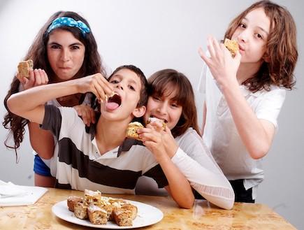 ילדים אוכלים בראוניז עם שוקולד לבן (צילום: איליה מלניקוב, אוכל טוב)