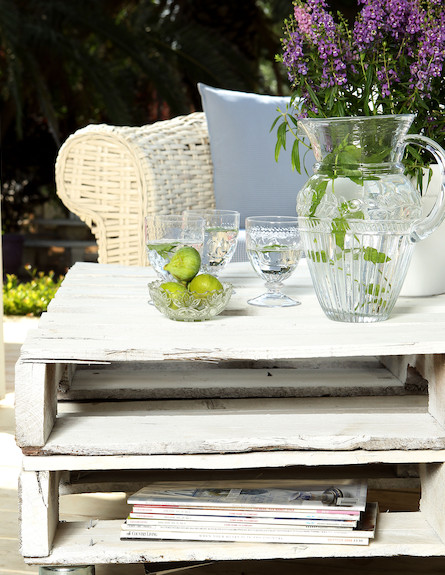 שולחן עם קנקן וכוסות (צילום: עודד קרני)