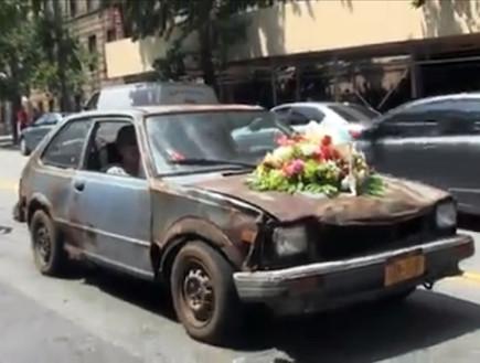 מסע הלוויה הונדה -המכונית עם פרחים