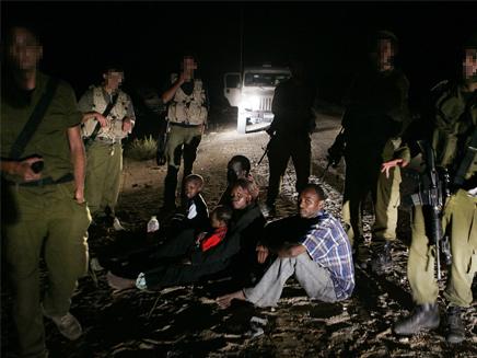 """דיווח: חיילי צה""""ל מונעים כניסת אפריקנים בתוך מצרים (צילום: AP)"""