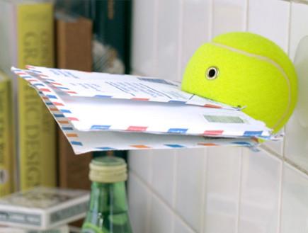 כדור טניס כשומר ניירות (צילום: מתוך: הmatomeno.com)
