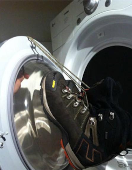 נעליים במכונת כביסה (צילום: מתוך: lifehacker.com)