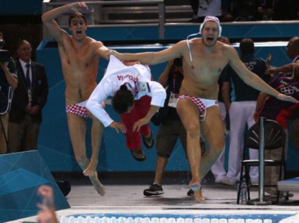 חגיגה של אלופים. שחקני קרואטיה משליכים את המאמן למים (gettyimages) (צילום: ספורט 5)