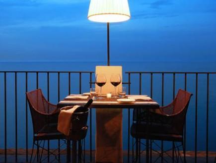 שולחן רומנטי במסעדה מערה