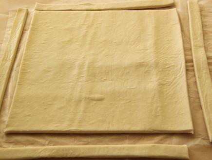 טארט שושני נקטרינות - חותכים את הבצק (צילום: חן שוקרון, אוכל טוב)