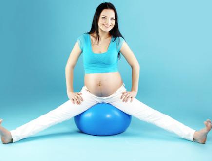 אישה בהריון יושבת על כדור פיזיו (צילום: אימג'בנק / Thinkstock)