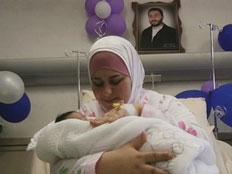 האב, האם והתינוק החדש (צילום: חדשות 2)