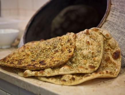 מסעדת חג' כחיל, פיתות מהטאבון (צילום: אנטולי מיכאלו,  יחסי ציבור )
