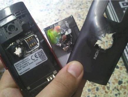 נוקיה X2 שורד פגיעה של כדור (קרדיט: Ubergizmo.com)
