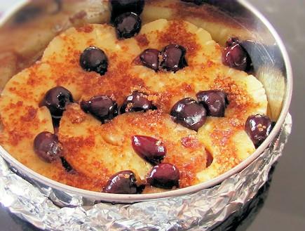 עוגת אננס ודובדבנים - שימו לב לאטימת התבנית (צילום: דליה מאיר, קסמים מתוקים)