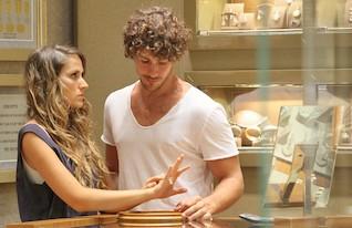 טומי אלתגר ואיילה רשף קונים טבעות (צילום: שוקה כהן)