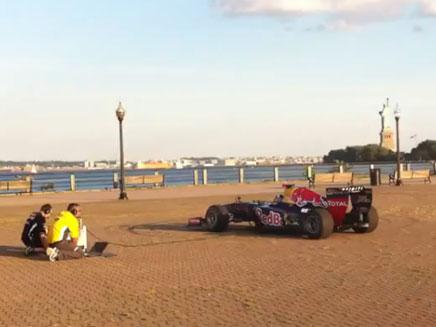 מכונית המירוץ המזמרת (צילום: יוטיוב)