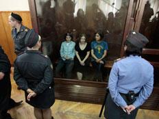 """""""כנופיית הגנבים של פוטין מזהמת את רוסיה"""" (צילום: Reuters)"""
