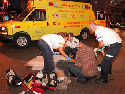 """זירת התאונה בנתניה (צילום: אסף ברזינגר, יחידת צילום מד""""א)"""