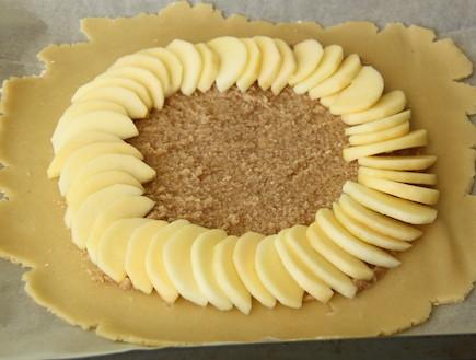 קרוסטטה תפוח בדבש - מסדרים את התפוחים