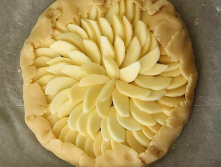 קרוסטטה תפוח בדבש - סוגרים את הבצק