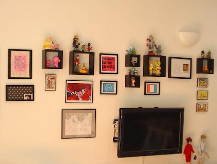 קיר עם תמונות מעל הטלוויזיה (צילום: צילום ביתי)