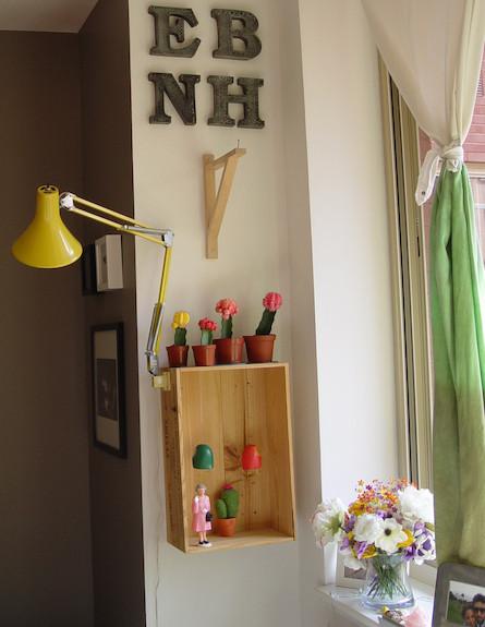 מנורת קריאה ליד החלון (צילום: צילום ביתי)