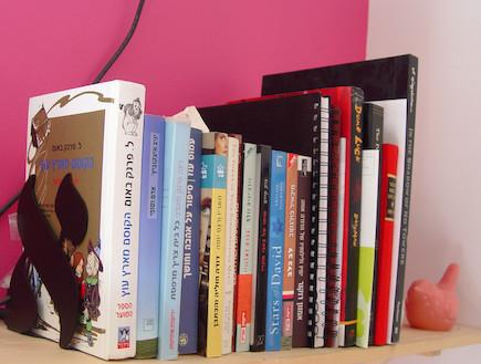 ספרים בעברית על המדף (צילום: צילום ביתי)