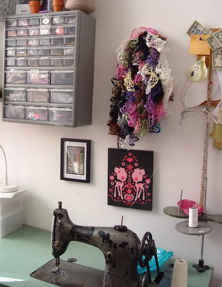 מכונת תפירה בסטודיו (צילום: צילום ביתי)
