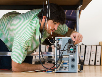 גבר מתקן מחשב (צילום: Thinkstock)