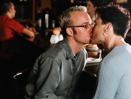 שני בחורים מתנשקים בבר (צילום: אימג'בנק / Thinkstock)
