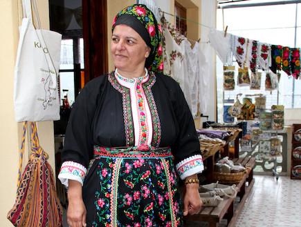 """אישה בלבוש מסורתי בכפר אולימפוס (צילום: עידית נרקיס כ""""ץ)"""
