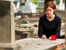 אישה בבית קברות