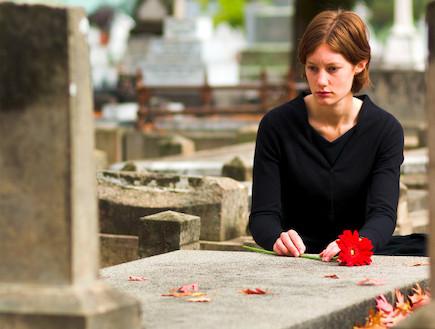 אישה בבית קברות (צילום: photosbyash, Istock)