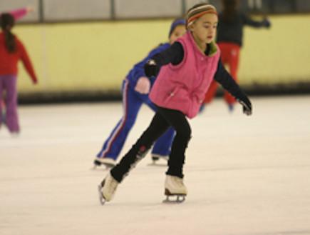 ילדה מחליקה על הקרח במרכז קנדה במטולה (צילום: עדי רם)