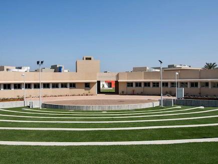 המבנה והחצר (צילום: מנספלד-קהת אדריכלים ויובל גני אדריכלים)