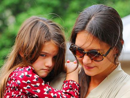 קייטי הולמס וסורי קרוז בפארק (צילום: noon)