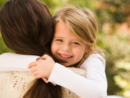 ילדה מחבקת את אמה (צילום: אימג'בנק / Thinkstock)