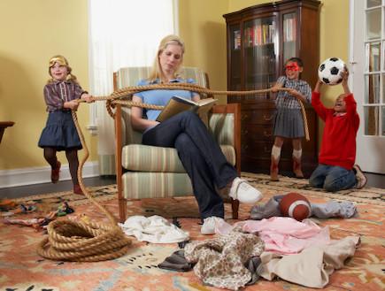ילדים משתוללים בבית, קושרים את אמא לספה (צילום: אימג'בנק / Thinkstock)