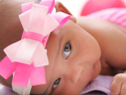תינוקת עם סרט וורוד לראשה (צילום: אימג'בנק / Thinkstock)