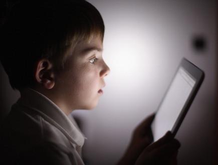 ילד מול האייפד (צילום: realsimple.com)