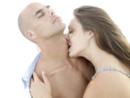 סקס - אישה מריחה גבר (צילום: אימג'בנק / Thinkstock)