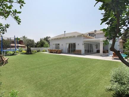 דשא מסביב לבית