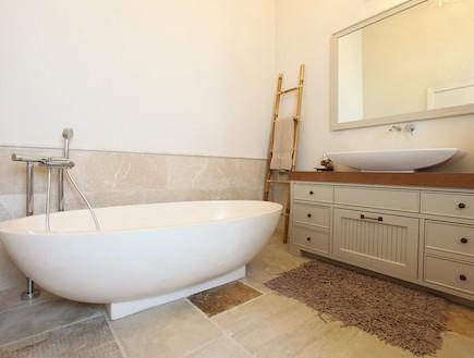 חדר רחצה עם אמבטיה