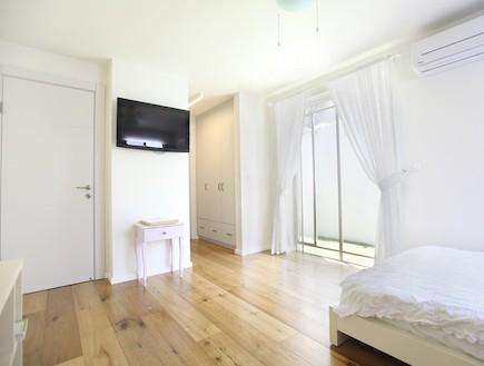 חדר שינה עפ רצפת פרקט