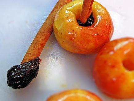 עוגה לראש השנה - מכינים את התפוחים (צילום: דליה מאיר, קסמים מתוקים)