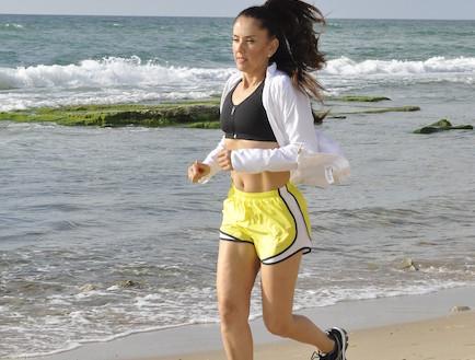 מיכל צפיר רצה בחוף הים (צילום: mako)