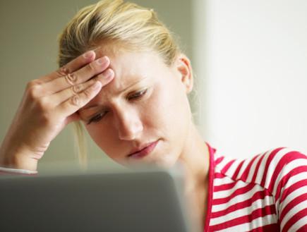 אישה מול מחשב